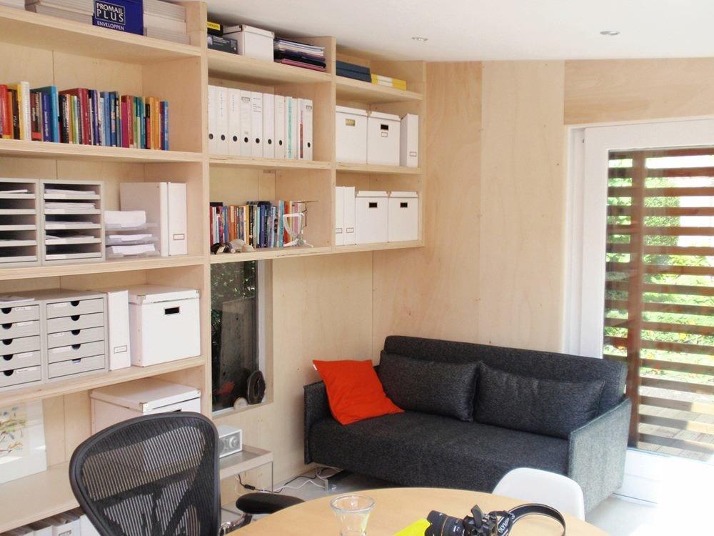 В небольшом помещении  раскладной диван служит спальным местом, когда это необходимо. Еще одно низко расположенное окно добавлено специально для того чтобы с дивана можно было бы смотреть в окошко на улицу.
