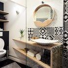 Черно-белый кафель со скандинавским орнаментом в ванной комнате повторяет кафель на кухне. (маленькая квартира,квартира студия,компактная квартира,квартиры,апартаменты,мебель,интерьер,дизайн интерьера,скандинавский,скандинавский интерьер,скандинавский стиль,ванна,санузел,душ,туалет,дизайн ванной,интерьер ванной,сантехника,кафель,керамика,фото ванной,идеи ванной)