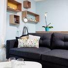 Диван гостиной установлен вплотную к кухонному острову. (маленькая квартира,квартира студия,компактная квартира,квартиры,апартаменты,мебель,интерьер,дизайн интерьера,скандинавский,скандинавский интерьер,скандинавский стиль,гостиная,дизайн гостиной,интерьер гостиной,мебель для гостиной,фото гостиной,идеи гостиной,столовая,дизайн столовой,интерьер столовой,мебель для столовой,фото столовой,идеи столовой)