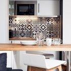 Кухня в нише нейтрально белая с деревянной столешницей. Кухонный фартук выполнен из черно-белой кафельной плитки со скандинавским узором. (маленькая квартира,квартира студия,компактная квартира,квартиры,апартаменты,мебель,интерьер,дизайн интерьера,скандинавский,скандинавский интерьер,скандинавский стиль,кухня,дизайн кухни,интерьер кухни,кухонная мебель,мебель для кухни,фото кухни,столовая,дизайн столовой,интерьер столовой,мебель для столовой,фото столовой,идеи столовой)