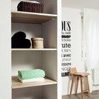 Полки в нише в стене спальни смежной со шкафом прихожей. (маленькая квартира,квартира студия,компактная квартира,квартиры,апартаменты,мебель,интерьер,дизайн интерьера,скандинавский,скандинавский интерьер,скандинавский стиль,спальня,дизайн спальни,интерьер спальни,фото спальни,мебель для спальни,кровать)