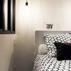 Спальня выполнена в сдержанных черно-белых тонах. Если присмотреться, то над изголовьем кровати можно заметить полку, а также полочки сбоку изголовья. (маленькая квартира,квартира студия,компактная квартира,квартиры,апартаменты,мебель,интерьер,дизайн интерьера,скандинавский,скандинавский интерьер,скандинавский стиль,спальня,дизайн спальни,интерьер спальни,фото спальни,мебель для спальни,кровать)