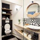 Ванная комната имеет неправильную форму, поэтому мебель имеет необычную треугольную форму.