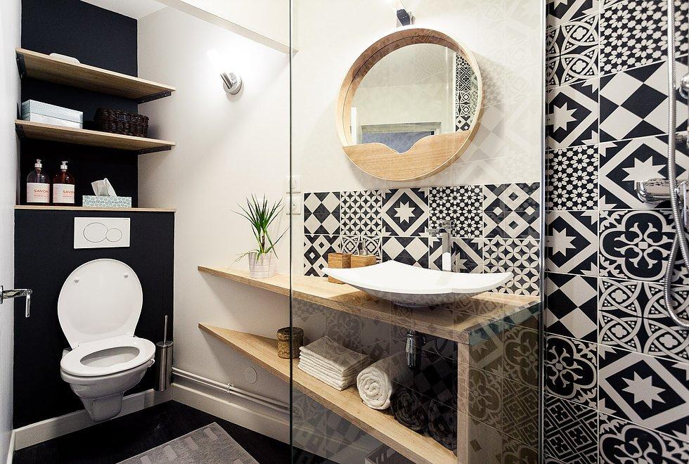 Черно-белый кафель со скандинавским орнаментом в ванной комнате повторяет кафель на кухне