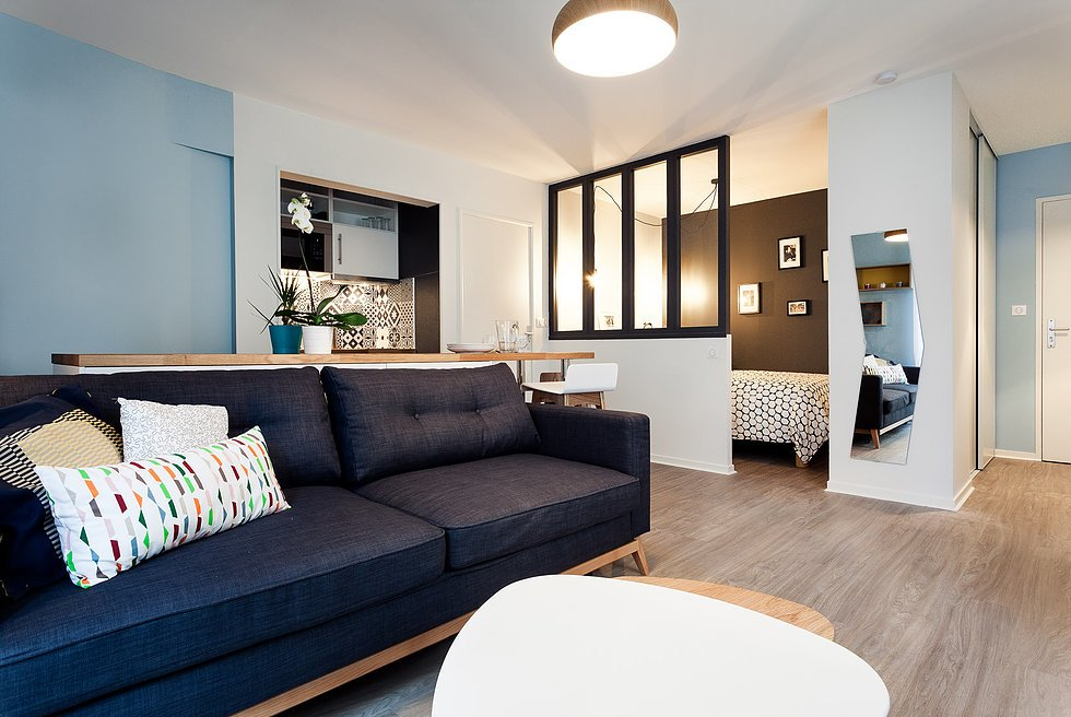 Жилая комната объединяет в себе гостиную и столовую, однако спальня выделена в отдельное помещение.