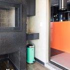 Балкон рядом с гостиной и кухней выделен полом с кафельной плиткой имитирующей деревянную доску, в то же время черный кафель подчеркивает связь с кухней.