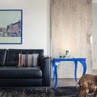 Сдвижные двери из выбеленной древесины как нельзя лучше подходят мужественному интерьеру квартиры. (индустриальный,лофт,винтаж,стиль лофт,индустриальный стиль,интерьер,дизайн интерьера,мебель,квартиры,апартаменты,гостиная,дизайн гостиной,интерьер гостиной,мебель для гостиной,фото гостиной,идеи гостиной)