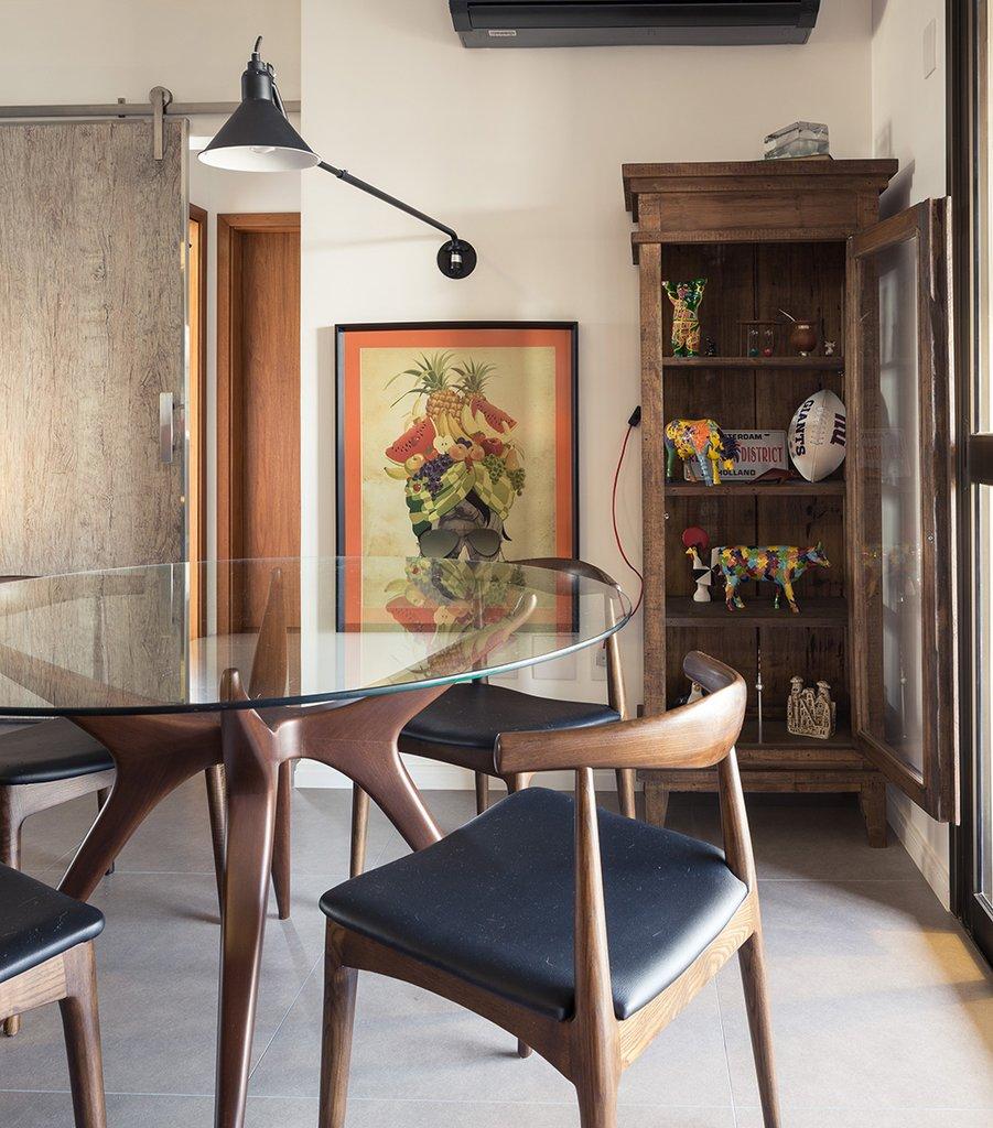 Безусловно удобный и красивый обеденный стол рядом с балконном - это мечта каждого горожанина. Но еще интересней в этом интерьере настенная лампа на длинной штанге