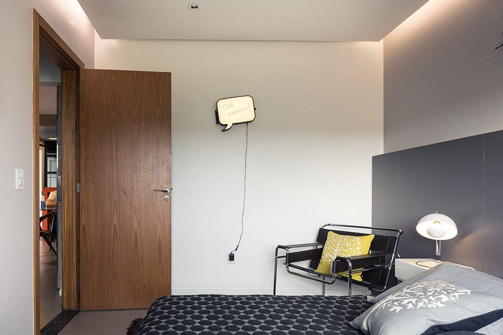 Спальня встречает креслом Василий Марселе Брейера и шутривой табличкой