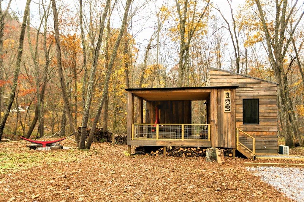 Деревянная отделка фасада гармонирует с окружающим дом лесом.