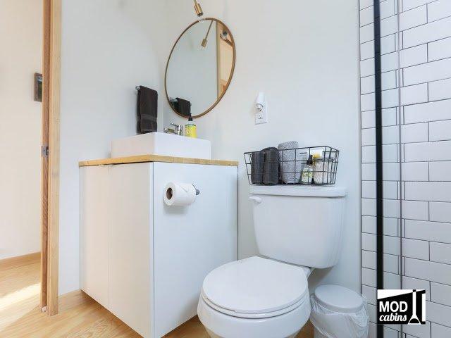 Деревянный пол в ванной не самое практичное решение, однако таким образом пол одинаков по всему дому без порогов и переходов.