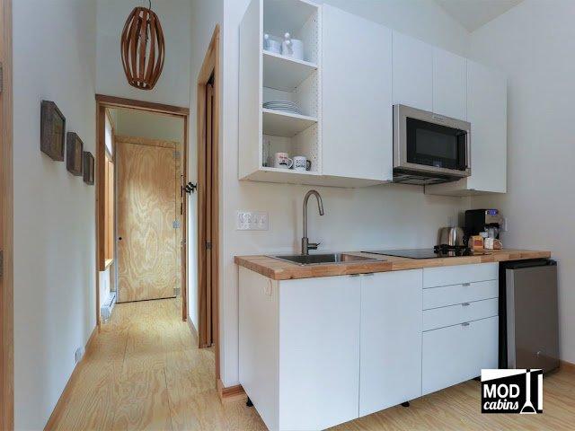 Кухня расположена вдоль смежной с ванной стеной, что облегчает организацию коммуникаций.