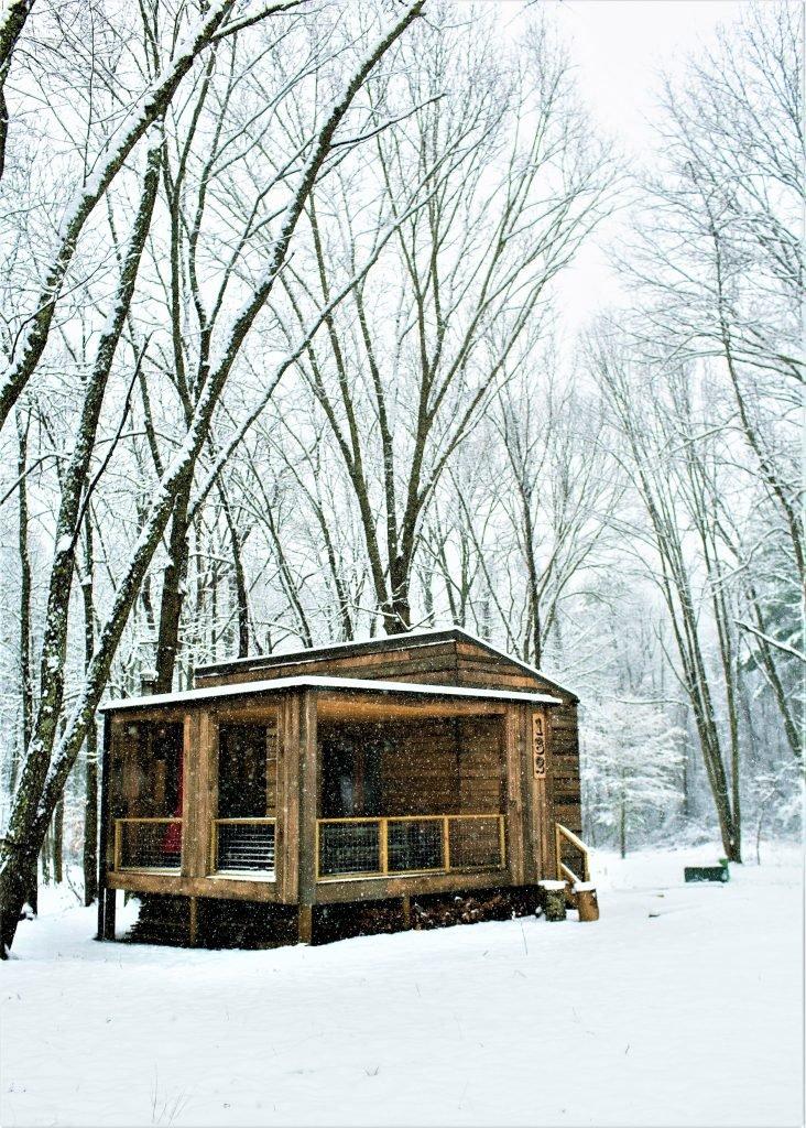 Место под террасой используется для хранения дров для камина и барбекю.