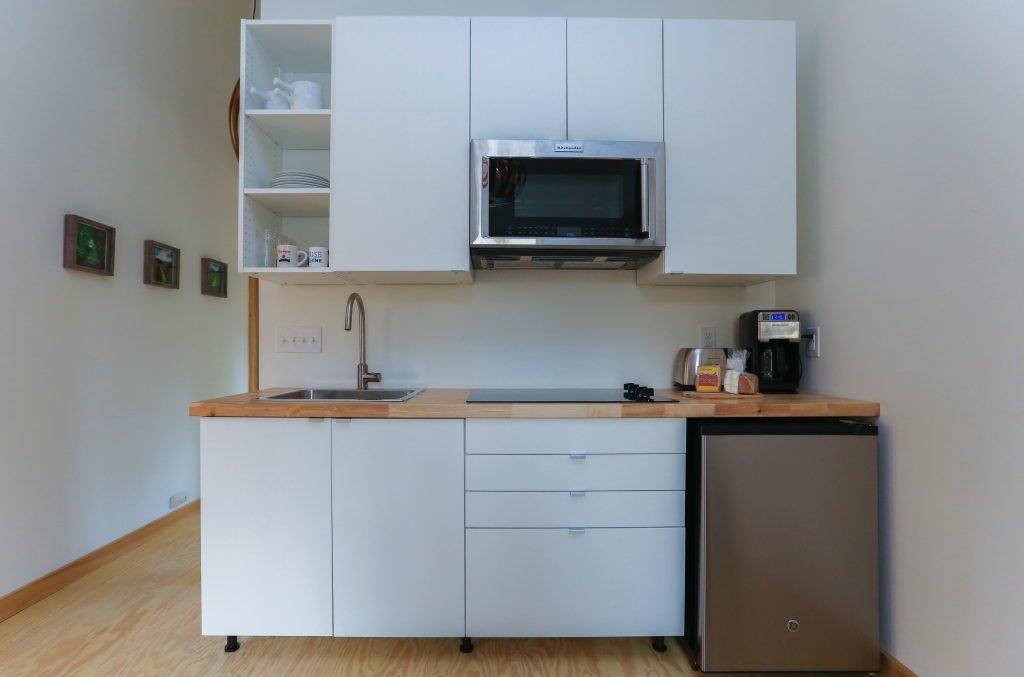 Небольшая кухня со всем необходимым, за исключением посудомоечной машины.