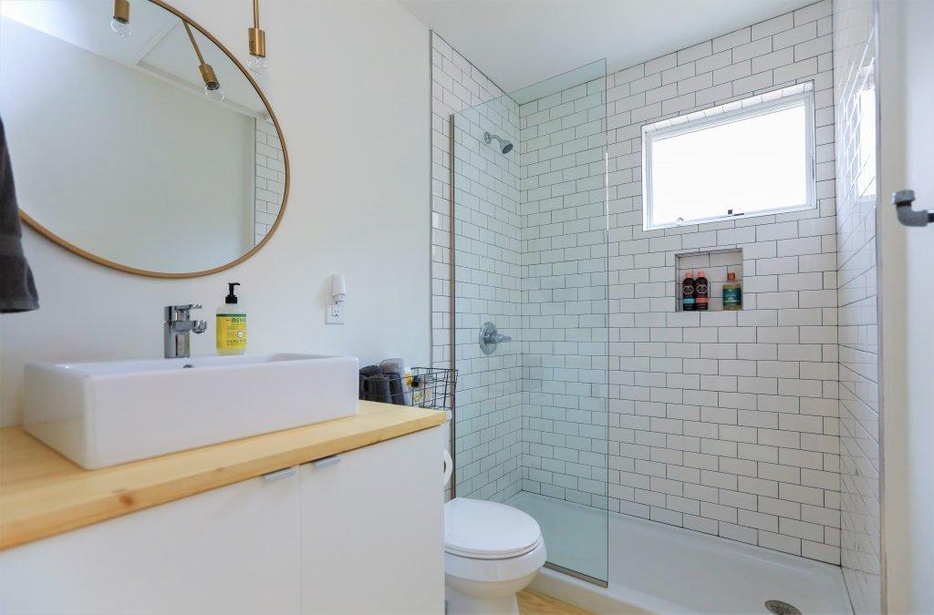 В ванной, как и в спальне, окно расположено высоко. Именно оно позволяет экономить электричество не включая свет в ванной днем.
