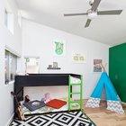 Детская с высоким наклонным потолком и высоко расположенными окнами. (1950-70е,середина 20-го века,медисенчери,медисенчери модерн,модерн,средневекоый модерн,модернизм,mcm,современный,архитектура,дизайн,экстерьер,интерьер,дизайн интерьера,мебель,детская,игровая,детская комната,детская спальня,дизайн детской,интерьер детской,мебель для детской,фото детской,идеи детской,детская для девочки,детская для мальчика,спальня подростка)