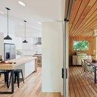 Рядом с террасой находится кухня и столовая (не попала в кадр). Раздвижные остекленные двери скорее объединяют жилую комнату с террасой чем наоборот.