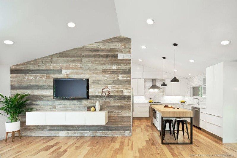 Непосредственно к кухне прилегает акцентная стена с отделкой мореной доской.