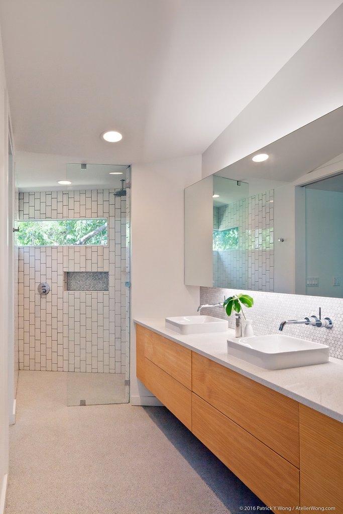 Ванная комната рядом с главной спальней. Традиционные два умывальника и приятная угловая душевая с высоко расположенным окном.