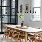 Большой деревянный стол в квартире играет важную роль фактически являясь ее логическим центром.