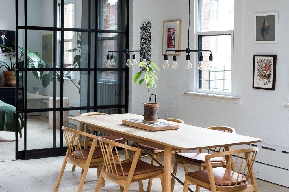 Большой деревянный стол в квартире играет важную роль фактически являясь ее логическим центром
