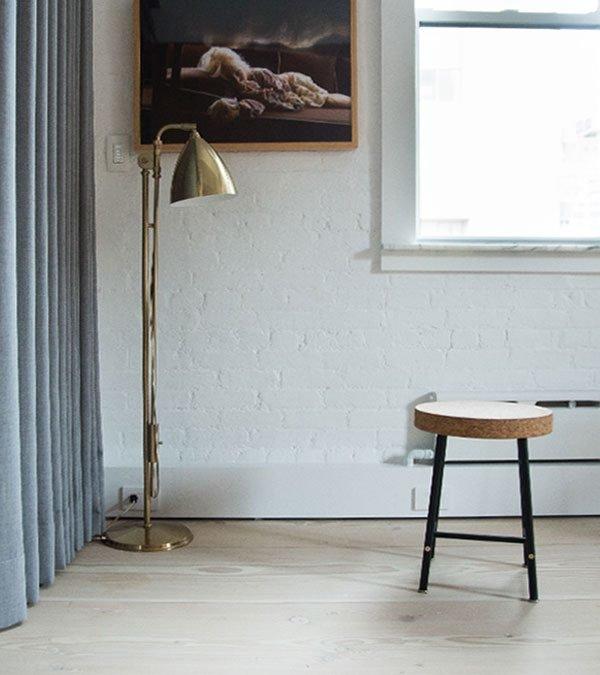 Дизайн светильников - одно из увлечений и работа владельца квартиры, поэтому не удивительно, что интерьер наполнен ими.
