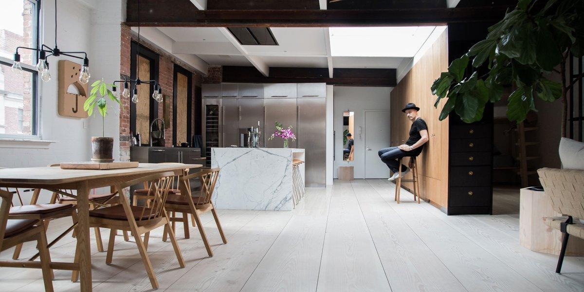 Кухня - первое что встречает гостей в квартире Сорена. Тут, как и в спальнях, целую стену занимает вместительная система хранения с деревянным фасадом