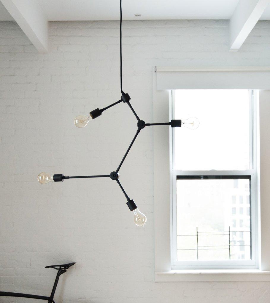 Необычные светильники - это увлечение дизайнера. Не удивительно встретить светильники его собственного дизайна в его доме