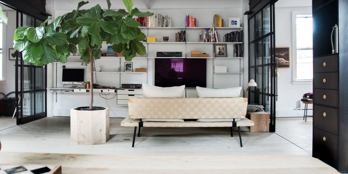 В гостиной рядом с телевизором расположен домашний офис. Компьютер в связке с телевизором образуют удобный медиа центр