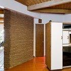 Камин отделяет гостиную от кухни. При этом между комнатами нет дверей. (1950-70е,середина 20-го века,медисенчери,медисенчери модерн,модерн,средневекоый модерн,модернизм,mcm,архитектура,дизайн,экстерьер,интерьер,дизайн интерьера,мебель,кухня,дизайн кухни,интерьер кухни,кухонная мебель,мебель для кухни,фото кухни)