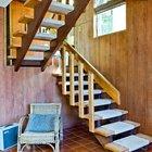 Легкая прозрачная деревянная лестница соединяет между собой три уровня дома.