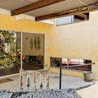 На террасу из гостиной ведет раздвижная стеклянная дверь. На террасу выходит узкое окно из игровой комнаты (нижнее) и спальни на верхнем уровне.