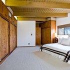 Несмотря на отсутствие гардероба в главной спальне предсусмотренно огромное количество встроенных шкафов.