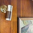 Оригинальный золотисто-деревянный настенный светильник середины прошлого века.