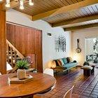 Особого внимания в интерьере гостиной заслуживает аутентичная мебель сохранившаяся с середины прошлого века, либо тщательно подобранная дизайнерами и владельцами дома.
