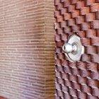Особого внимания заслуживает входная дверь с волнистой деревянной отделкой.