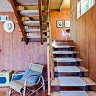 Рядом с лестницей предусмотрено окно освещающее ее днем. Свет подчеркивает прозрачность лестничной конструкции.