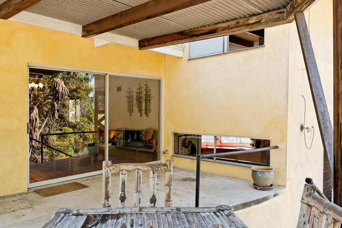На террасу из гостиной ведет раздвижная стеклянная дверь. На террасу выходит узкое окно из игровой комнаты (нижнее) и спальни на верхнем уровне
