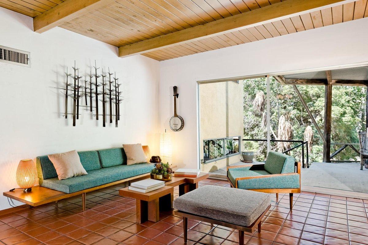 Огромное раздвижное окно больше объединяет гостиную и террасу, чем разделяет.