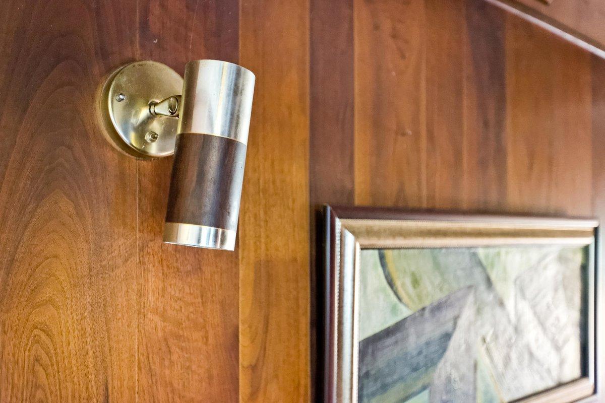 Оригинальный золотисто-деревянный настенный светильник середины прошлого века