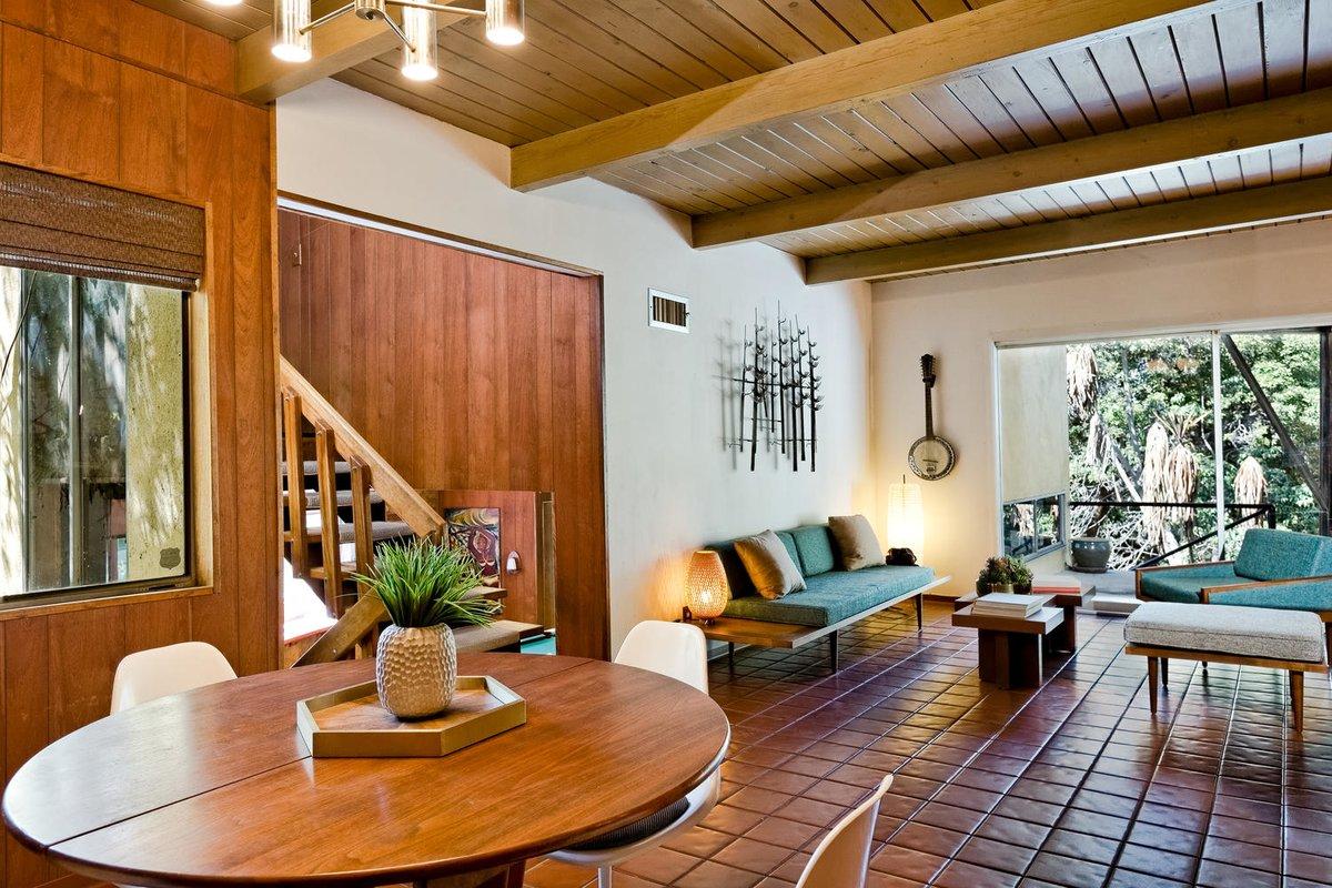 Особого внимания в интерьере гостиной заслуживает аутентичная мебель сохранившаяся с середины прошлого века, либо тщательно подобранная дизайнерами и владельцами дома
