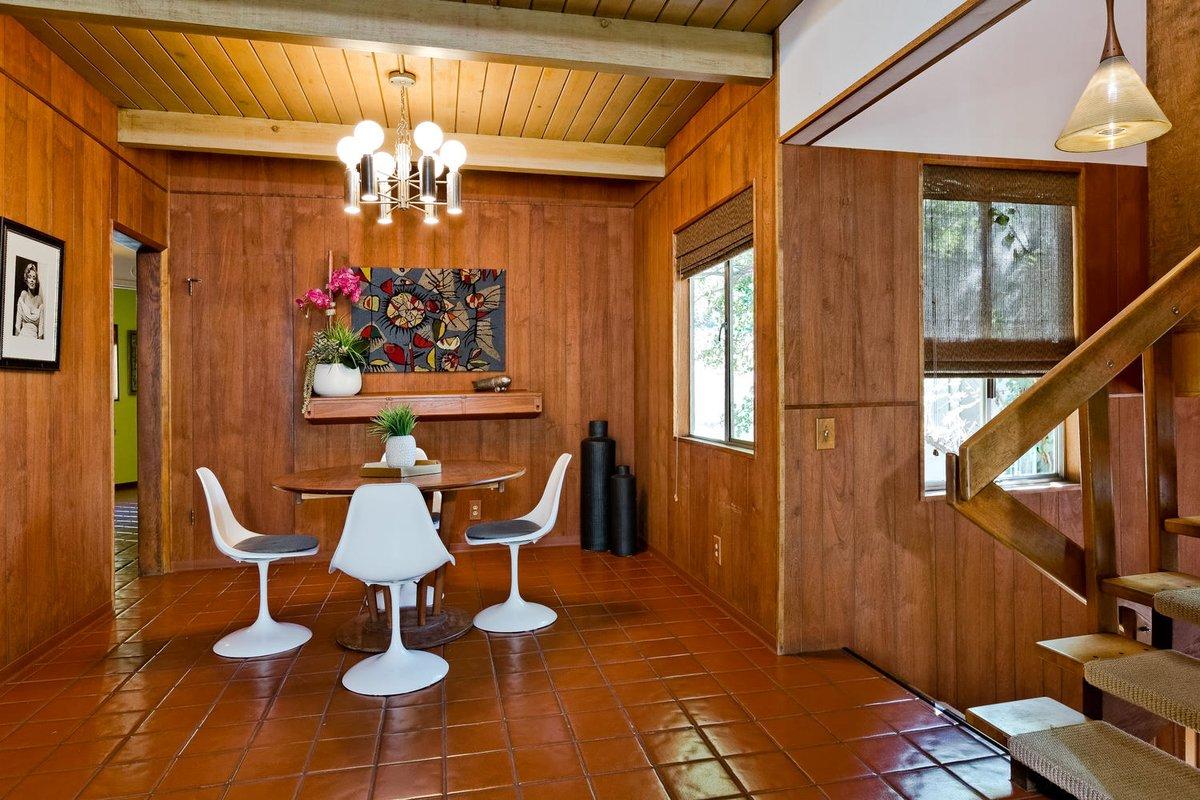 Столовая находится рядом с кухней, однако делит общий объем с гостиной.