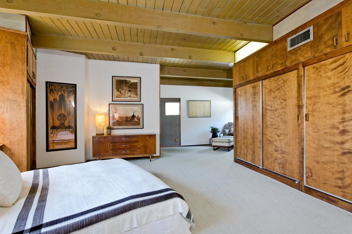 Традиционно главная спальня самая большая. Есть место даже для кресла в дальнем углу комнаты.
