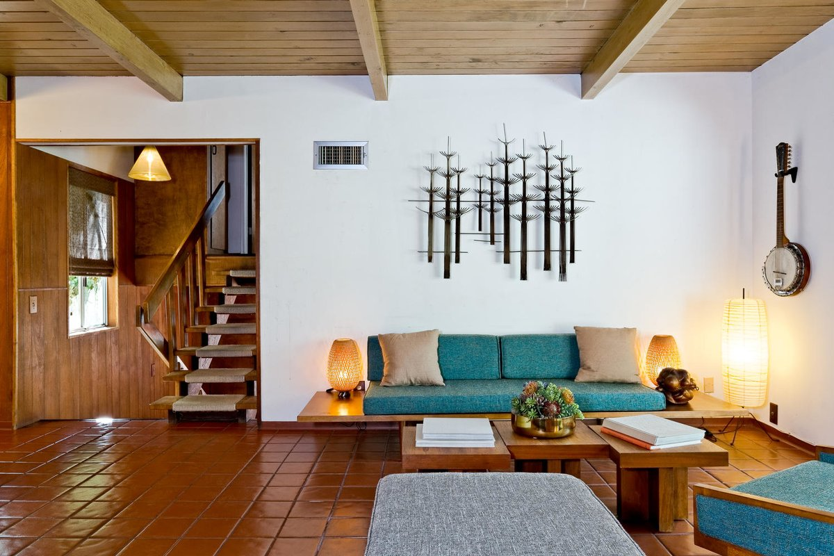 Традиционно стену гостиной украшает арт композиция, видимо кованная.