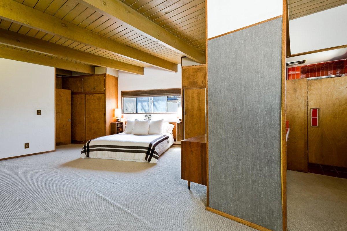 В главной спальне предусмотрена отдельная ванная комната. Как и в других спальнях в изголовье кровати находится узкое горизонтальное окно.