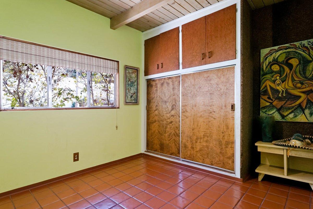 Вторая спальня с большими встроенными шкафами с раздвижными дверьми в качестве гардероба.