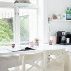 Кухонная столешница продолжается подоконником в качестве барной стойки у окна.