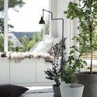 Подоконник из ящиков и IKEA с подушками искусственным мехом.