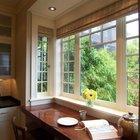 Широкий подоконник-обеденный стол в эркере с прекрасным видом в сад.