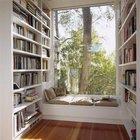 Широкий подоконник с несколькими подушками станет удобным местом для чтения в библиотеке.
